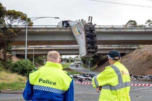 Badan Truk Menggantung, Ruas Jalan Layang di Melbourne Ditutup