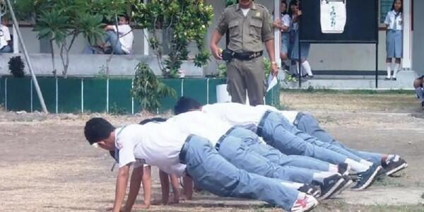 7 Hukuman Ini Bikin Masa Sekolahmu Jadi Tak Terlupakan
