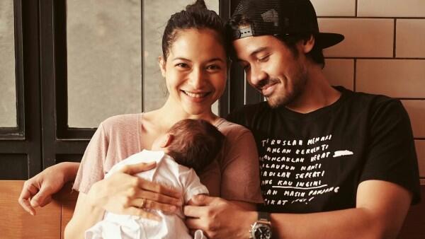 Manis Banget, 10 Gaya Chicco Jerikho dan Istri saat Asuh Baby Surinala