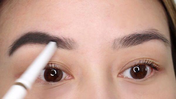 Ini 5 Pengaplikasian Kosmetik yang Tersulit Bagi Cewek Saat Dandan