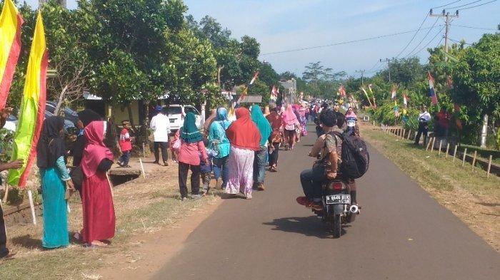 Ibu-ibu di Lampung Timur Rela Jalan Kaki 3 Km untuk Lihat Langsung Jokowi