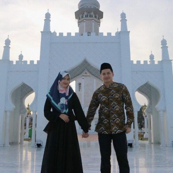 Bakal Punya Anak Lagi, 10 Potret Kemesraan Tommy Kurniawan & Istri