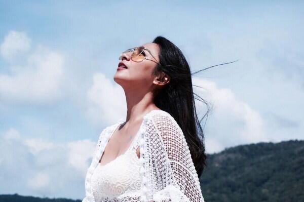 10 Gaya Liburan Simpel & Asyik ala Dinda Kirana, Bikin Ngiri!