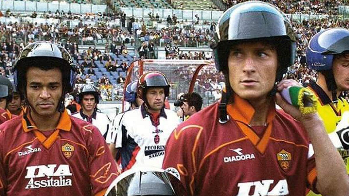 AS Roma Pernah Main Pakai Helm loh di Lapangan? Ingat Nggak Gan