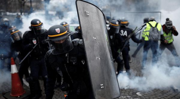 Tuntut Macron Mundur, Demonstran Dihujani Gas Air Mata