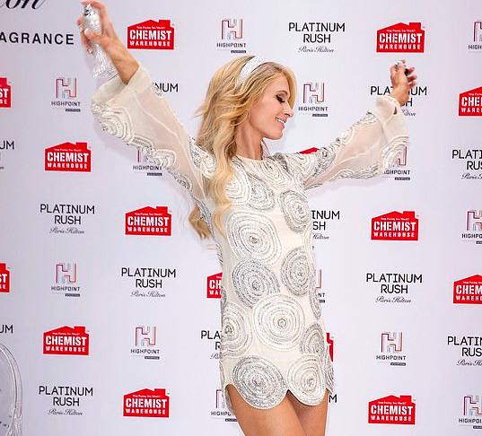 Asik Pose, Paris Hilton Nggak Sadar Bagian Intimnya Kelihatan