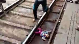 Ajaib! Viral Bayi Selamat Usai Jatuh ke Rel dan 'Dilintasi' Kereta!