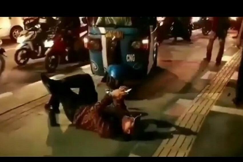 Nekat! Pria Ini Keasikan Tidur Di Trotoar Halangi Bajaj Dan Sepeda Motor