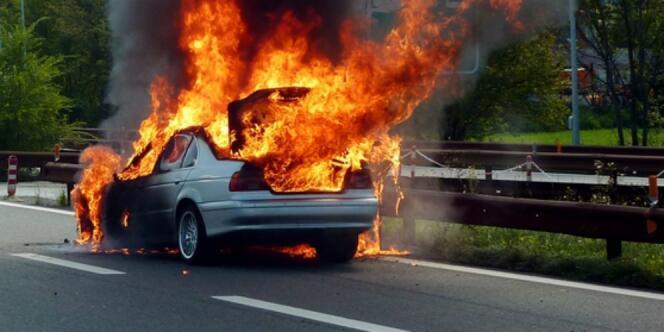 Mobil BMW Terbakar, Pemilik Mobil Tidur Di Dalamnya