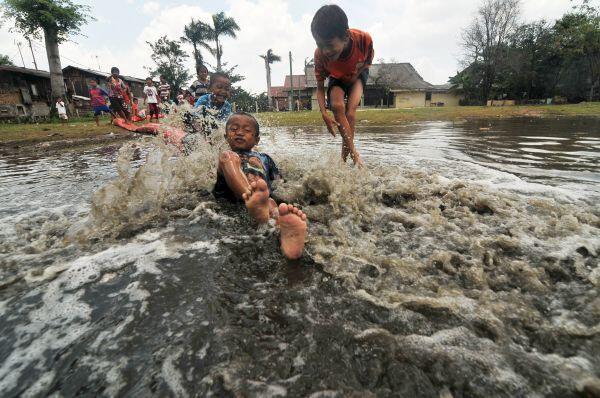 Kawasan Kapuk Jakbar Tergenang akibat Hujan Deras