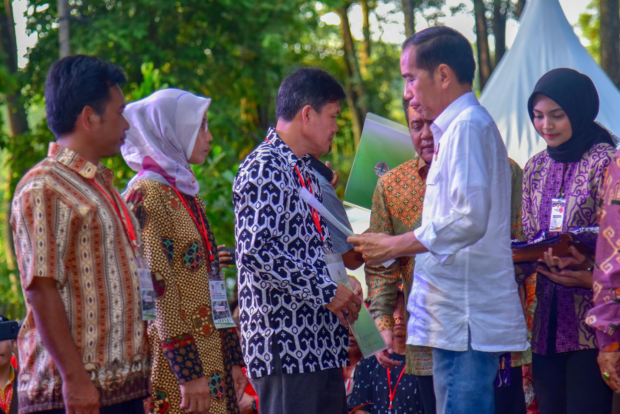 Dongkrak Harga, Presiden Perintahkan Menteri PUPR Beli Karet Rakyat untuk Aspal Jalan