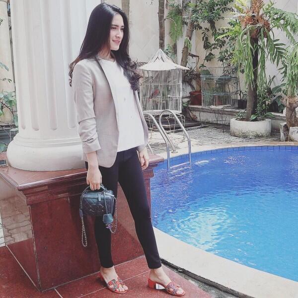 10 Outfit Simpel Elegan ala Angbeen Rishi, Calon Istri Adly Fairuz