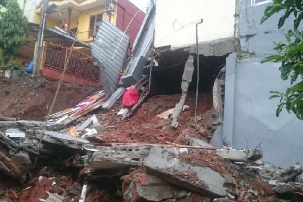 Hujan Deras, Rumah di Pasar Rebo Terkena Longsor