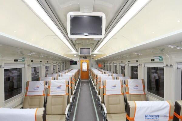 6 Tips Naik Kereta Api Kelas Ekonomi Premium dengan Nyaman