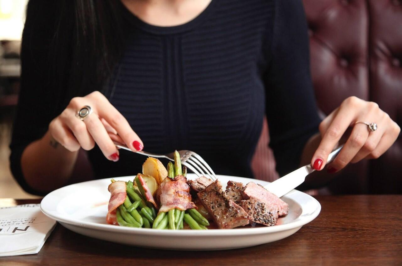 Ada Rencana Liburan Akhir Tahun? Simak Aturan Makan di Berbagai Negara Ini!