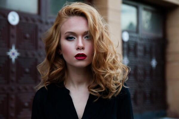 Penyuka Lipstik Bold Pasti Miliki 5 Karakter Unik Ini, Bener Gak?