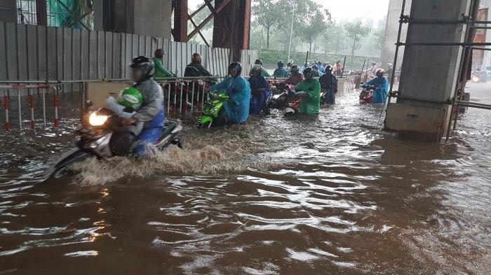 Hujan Deras, Banjir Setinggi 1 Meter Sebabkan Puluhan Motor Mogok di Fatmawati