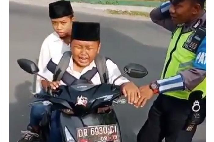 Kocak! Bocah Ini Takut Di Tilang Polisi Sampai Nangis Histeris