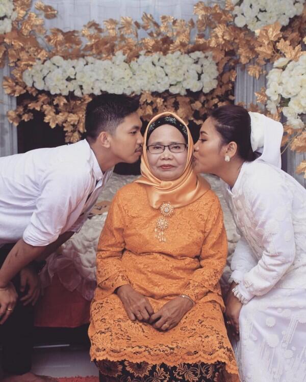 Makin Mesra Setelah Menikah, 10 Potret Manja Evi Masamba & Suami