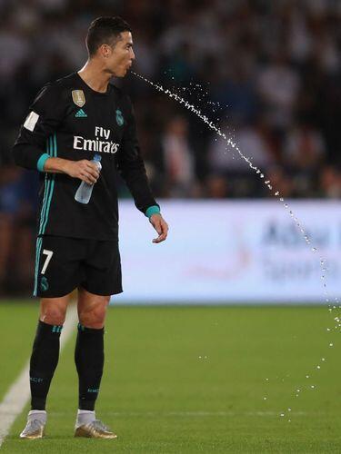 Ini Penjelasannya, Kenapa Pemain Bola Memuntahkan Lagi Air yang Diminum