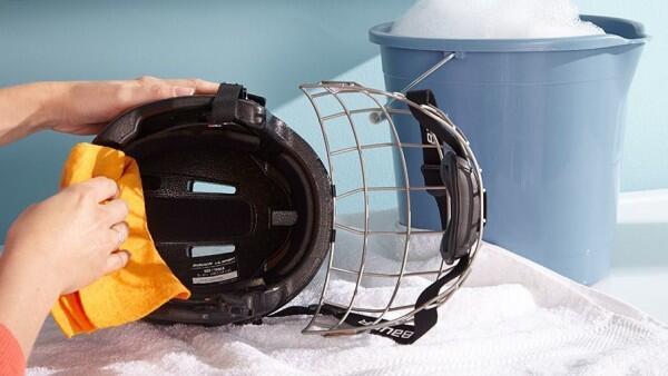 5 Trik Mudah Membersihkan Helm Basah Tanpa Bantuan Laundry, Yuk Coba!
