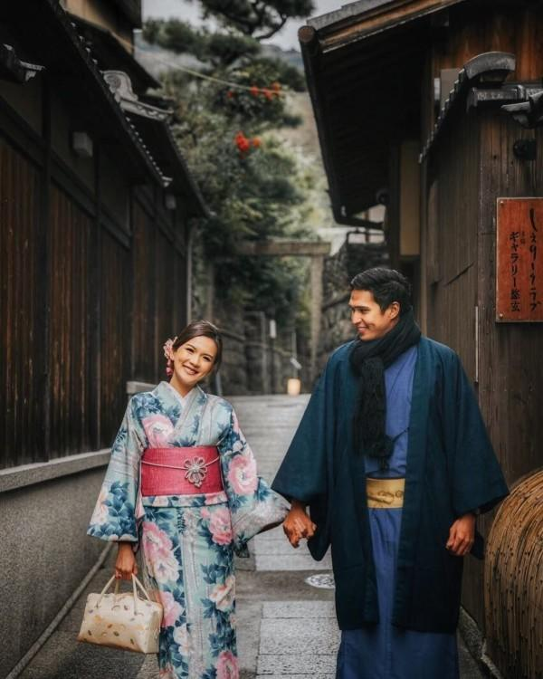 Setahun Menikah, 10 Foto Romantisnya Marcel Chandrawinata & Istri