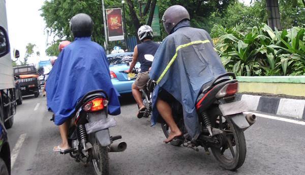 "Kalau Hujan Jangan Naik Motor ""Nyeker"", Bahaya"