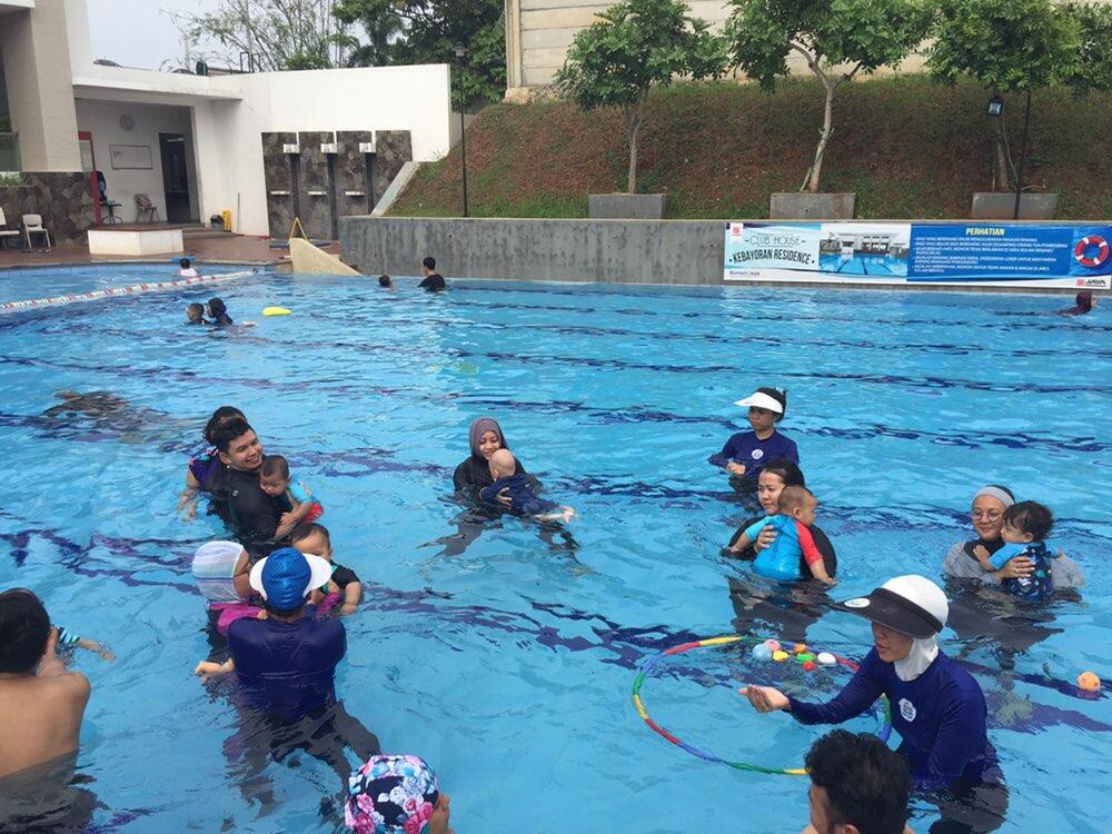 Pengalaman Mengajak Anak Belajar Berenang