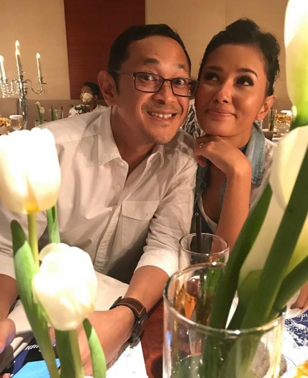 Jarang Terekspos, Ini 10 Potret Kemesraan Titi Rajo Bintang dan Suami!
