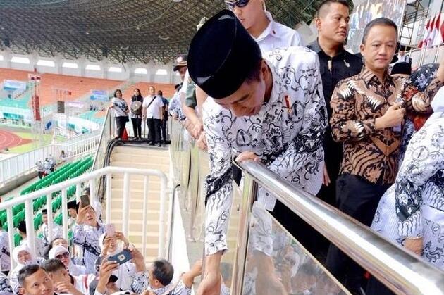 Jokowi Hadiri Peringatan Hari Guru di Stadion, Netizen: Lho, Kok Sepi Pak?