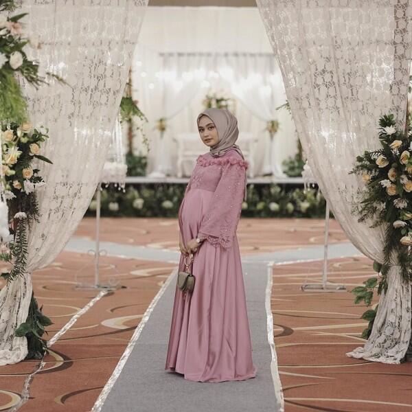 10 Inspirasi Gaya Hijab Ibu Hamil buat Kondangan, Bak Putri Sehari!