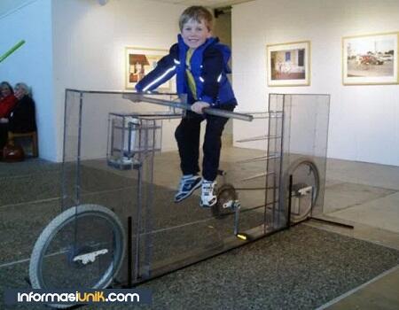 Invisible Bike, Sepeda Transparan Berbentuk Unik dari Amerika !