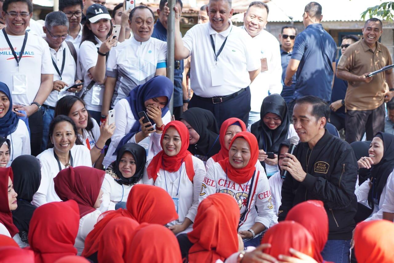 Presiden Jokowi dan Menteri Rini Berdialog Hangat dengan Nasabah Mekaar Bogor