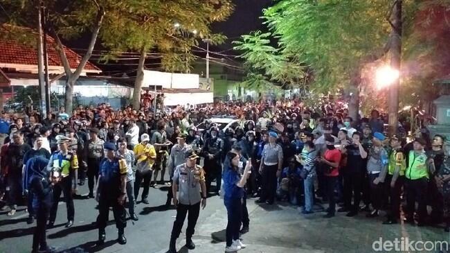 Massa Ormas Datangi dan Kepung Asrama Mahasiswa Papua di Surabaya