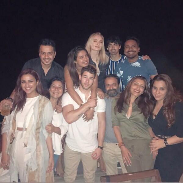 15 Potret Bukti Nick Jonas & Priyanka Sangat Dekat dengan Keluarga