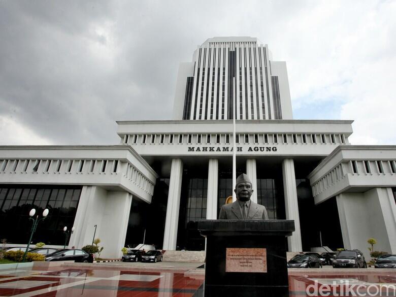Hakim Yang Ajak Kolega Mandi Bareng, Anaknya Hakim Agung?