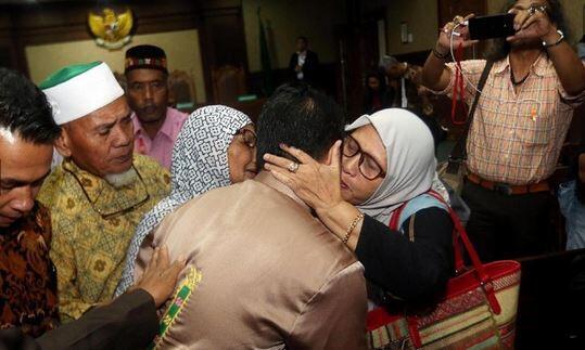 Air Mata Keluarga Bupati Nonaktif Ahmadi Saat Divonis 3 Tahun Penjara