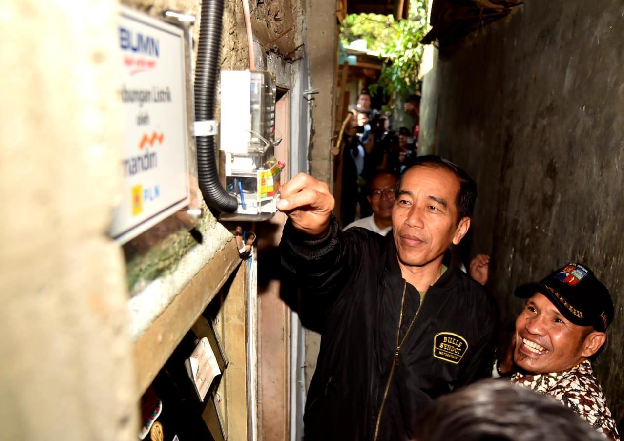 Secara Simbolis, Presiden Nyalakan Listrik Gratis bagi Keluarga Tak Mampu di Bogor