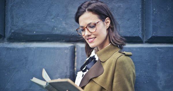 Kenapa Setiap Perempuan Harus Baca Buku, Ini Alasannya!