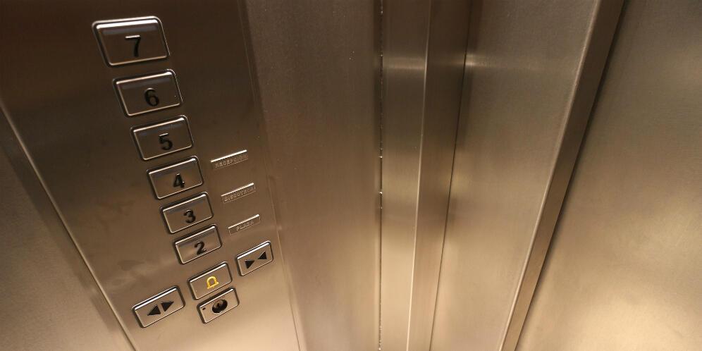 """Ternyata Tombol """"Close"""" Pintu Lift Cuma Tipuan, Ada Fungsi Lainnya"""