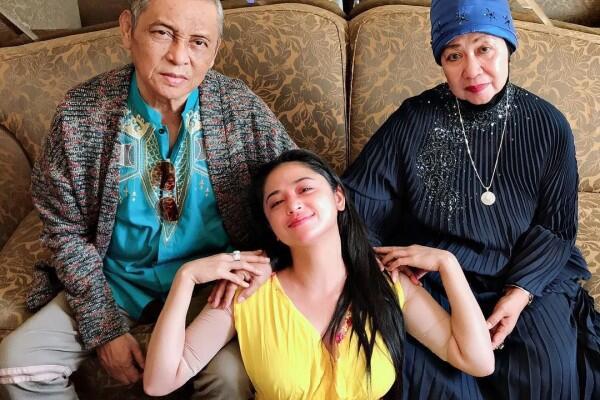 10 Momen Kedekatan Dewi Perssik dan Orangtuanya