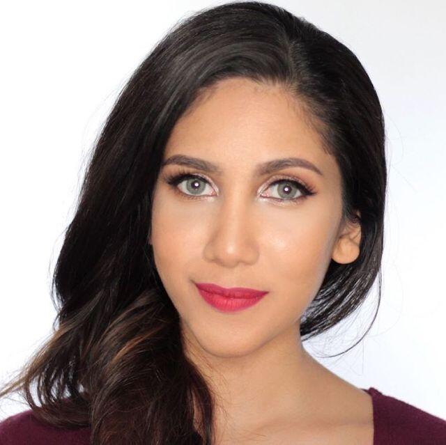 Viral gan, Beauty Vlogger Ini Menikah Hanya Mengenakan Kemeja dan Jins Biasa!