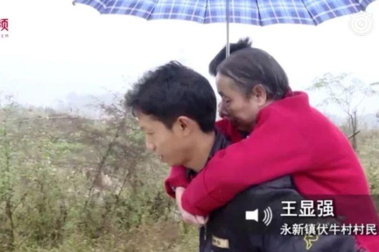 Pria di China selama 15 Tahun Mencari Kerja Sambil Gendong Sang Ibu