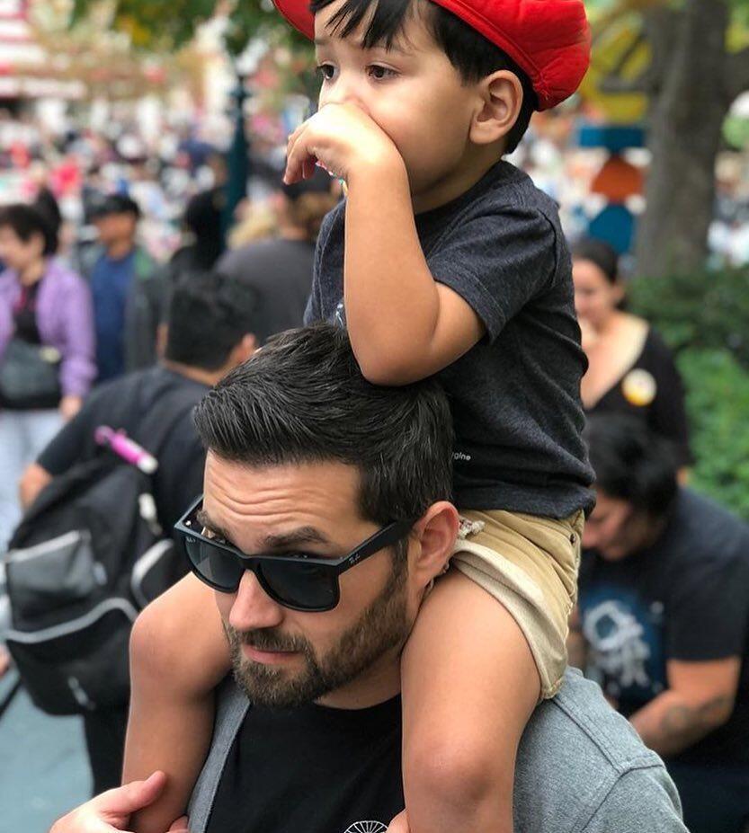 Kelakuan Hot Papa di Taman Bermain yang Bikin Jomblo Iri dan Baperan