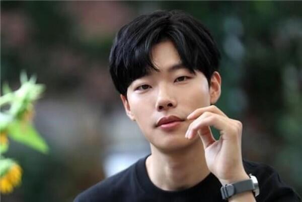 5 Seleb Korea Ini Pernah Kerja Part-Time untuk Bertahan Hidup, Salut!
