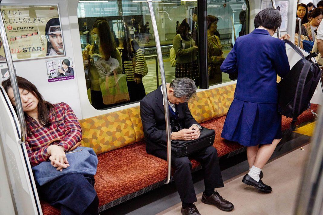 """Keunikan Orang Jepang Yang Biasa Tidur """"Inemuri"""" di tempat Umum"""
