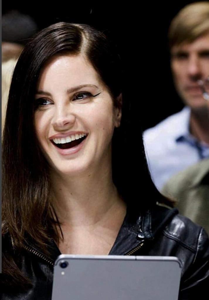 Curhat Lana Del Rey yang Pernah Jadi Babysitter Loh Gan