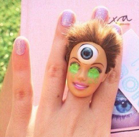 Hii…. Ada Cincin Berpotongan Kepala Barbie