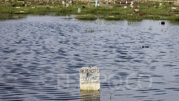 Ribuan Makam di TPU Semper Jakarta Utara Terendam Banjir