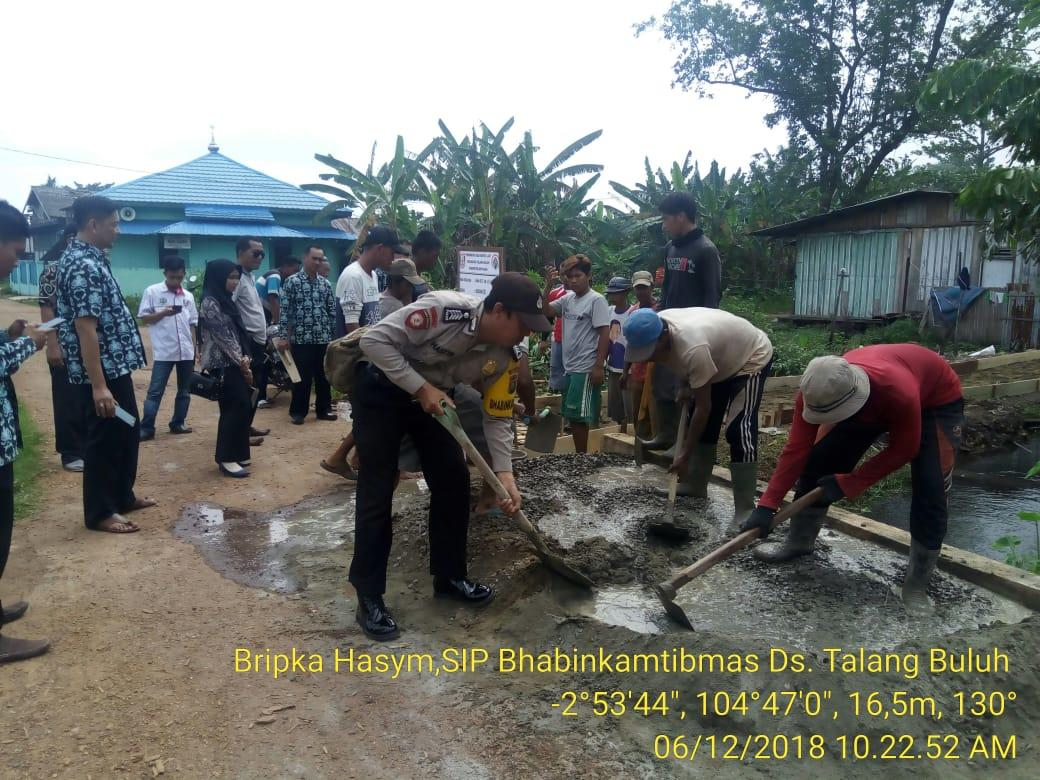 Bhabinkamtibmas Talang Kelapa Pantau Pembangunan Jalan Desa Kenten Laut